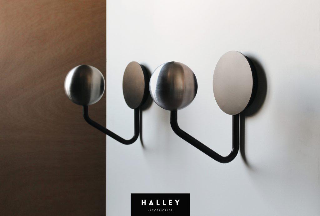Twee helm kapstokken Halley